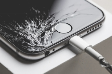 crashed-iphone-6-with-cracked-screen-display-picjumbo-com (800x533)